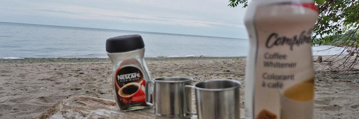 Camping-Kaffee am Strand ist lecker.
