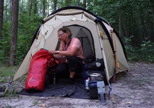 Karen-Wichert-packt-Ihre-sieben-Sachen-auf-dem-Campingplatz-Boucherville