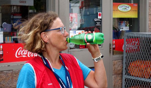 Karen-nimmt-einen-Zug-aus-der-Flasche