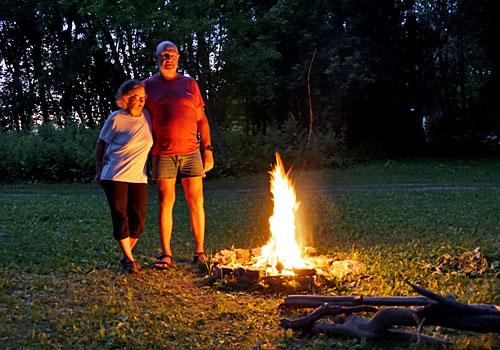 Karen und Werner am Lagerfeuer