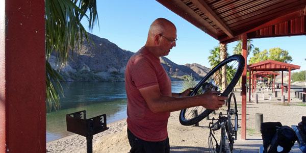sabbatical-im-sattel-bullhead-camping-am-colorado-river-werner-wilkens-repariert-einen-reifen