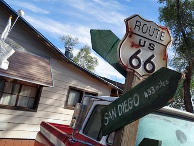 sabbatical-im-sattel-seligman-route-66-sign